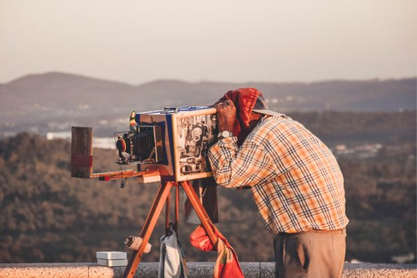 L'inganno del realismo fotografico: immagini come strumento di propaganda